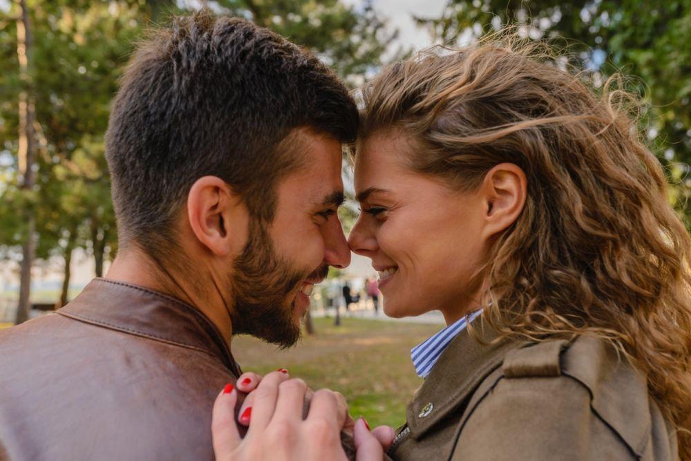 5 Cara Bikin Pasangan Kangen Padamu Meski Sedang Jauh & Sibuk