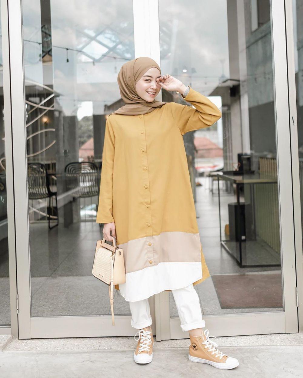 10 Ide Mix and Match Hijab & Yellow Outfit ala Meirani Amalia