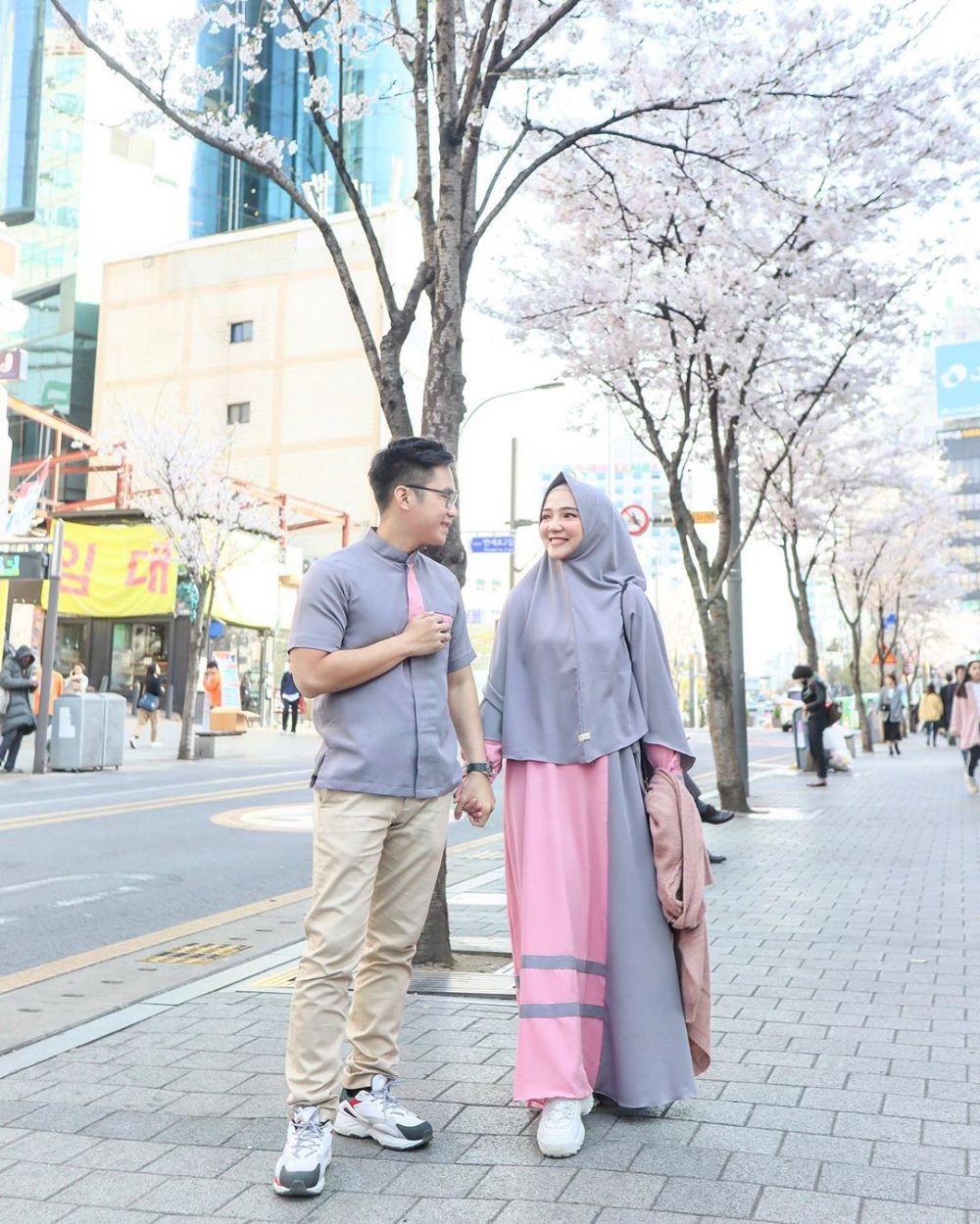 10 Inspirasi Baju Muslim Couple ala Selebgram Ayu Indriati dan Suami