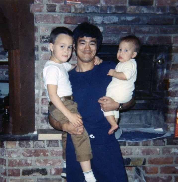10 Foto Kenangan Mendiang Bruce Lee dan Anak, Ayah Idaman!