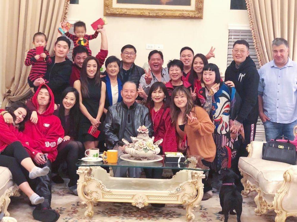10 Kekompakan Keluarga Vanness Wu, Tetap Dekat meski Orangtua Bercerai