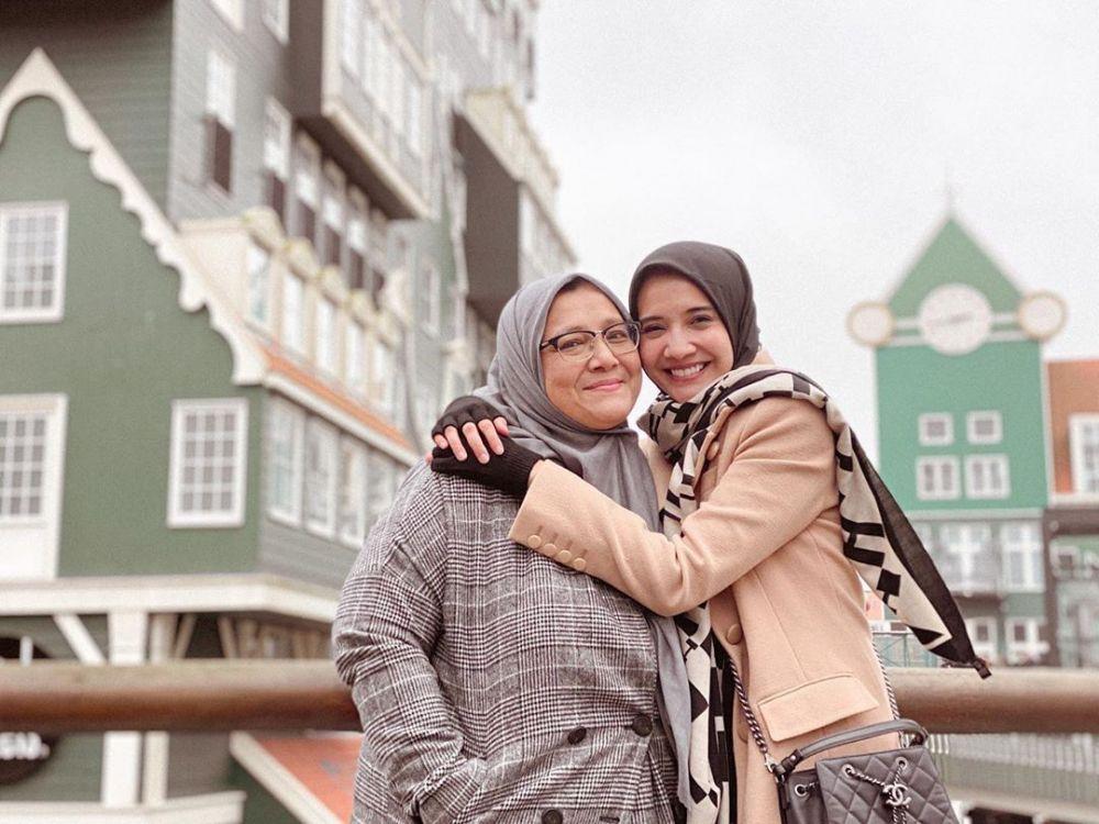 Kompak Bak Sahabat, 10 Potret Kedekatan Zaskia Sungkar dengan Sang Ibu