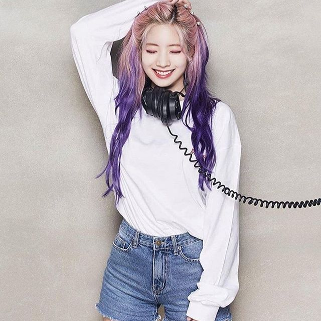 9 Ide Mix and Match Outfit Dahyun TWICE dengan Atasan Serba Putih