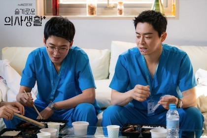 "9 Potret Lee Ik Jun & Kim Jun Wan ""Hospital Playlist"", Bikin Gemas"