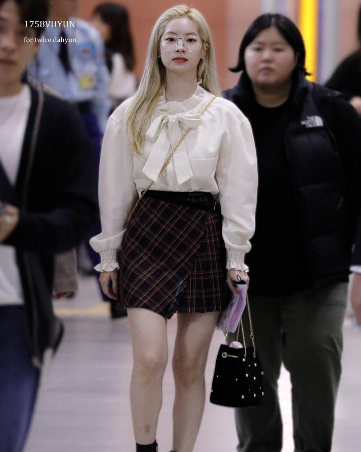 9 Inspirasi Mix and Match dengan Rok Mini ala Dahyun TWICE
