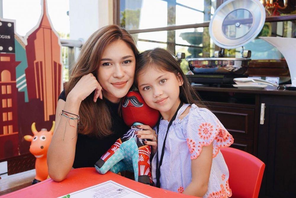 Keibuan Banget! 10 Potret Aktris Sinetron saat Mengasuh Anak di Rumah
