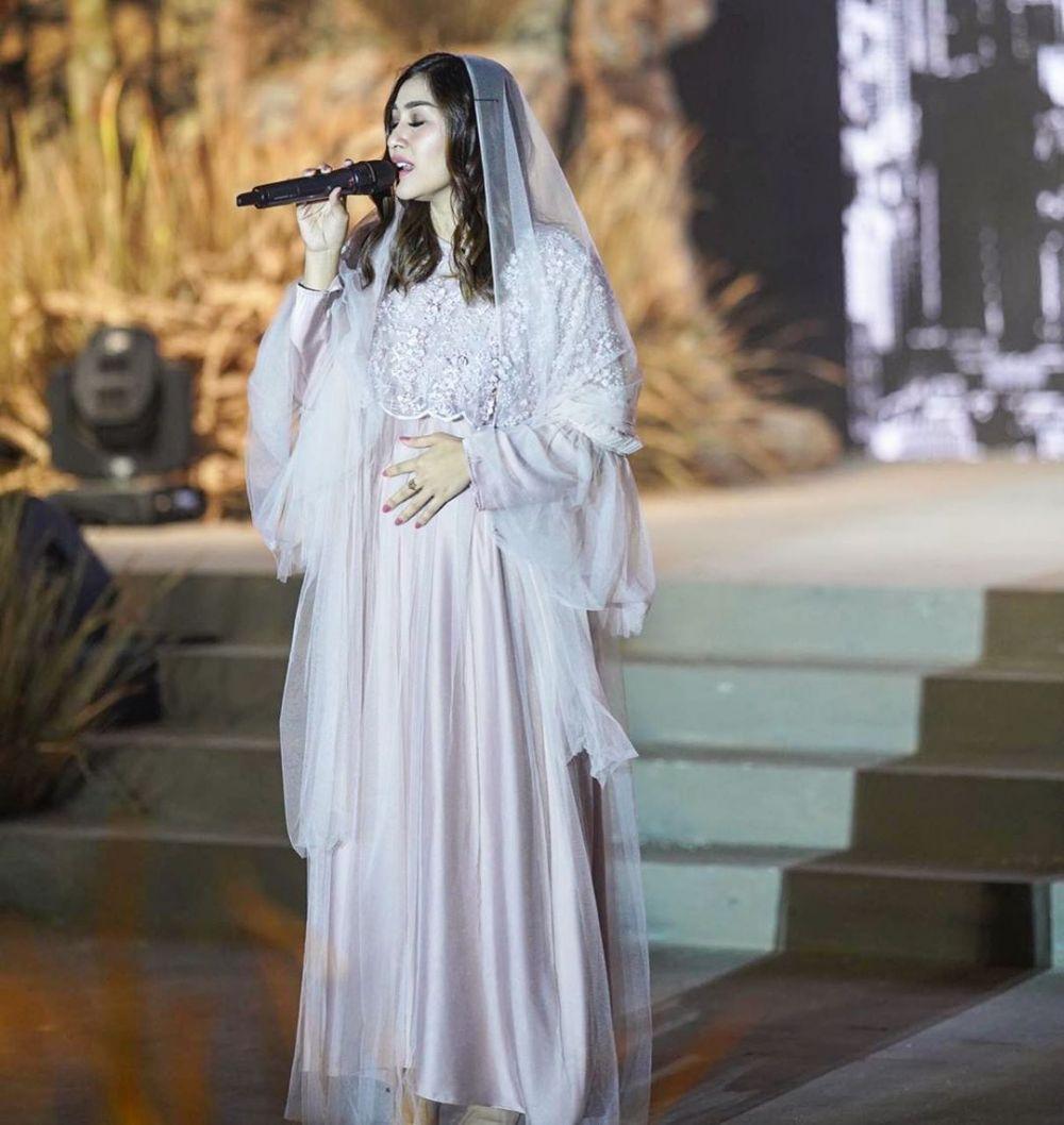10 Inspirasi Model Gamis ala Nisya Ahmad,Brokat Hingga Kaftan