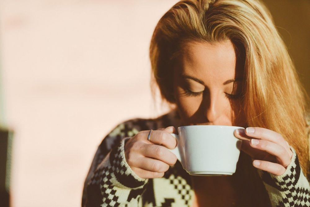 5 Tips Merelakan Gebetan yang Jadiannya sama Teman Kalian Sendiri