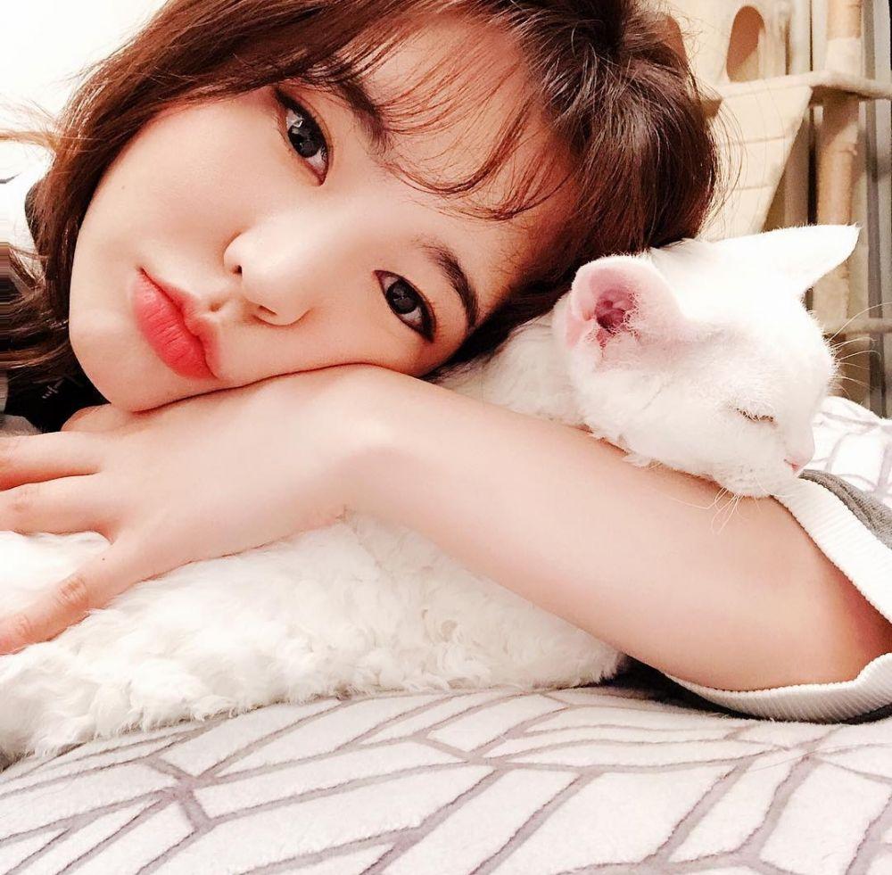 Sama-sama Bikin Gemas! 9 Potret Sunny SNSD dengan Kucing Kesayangan