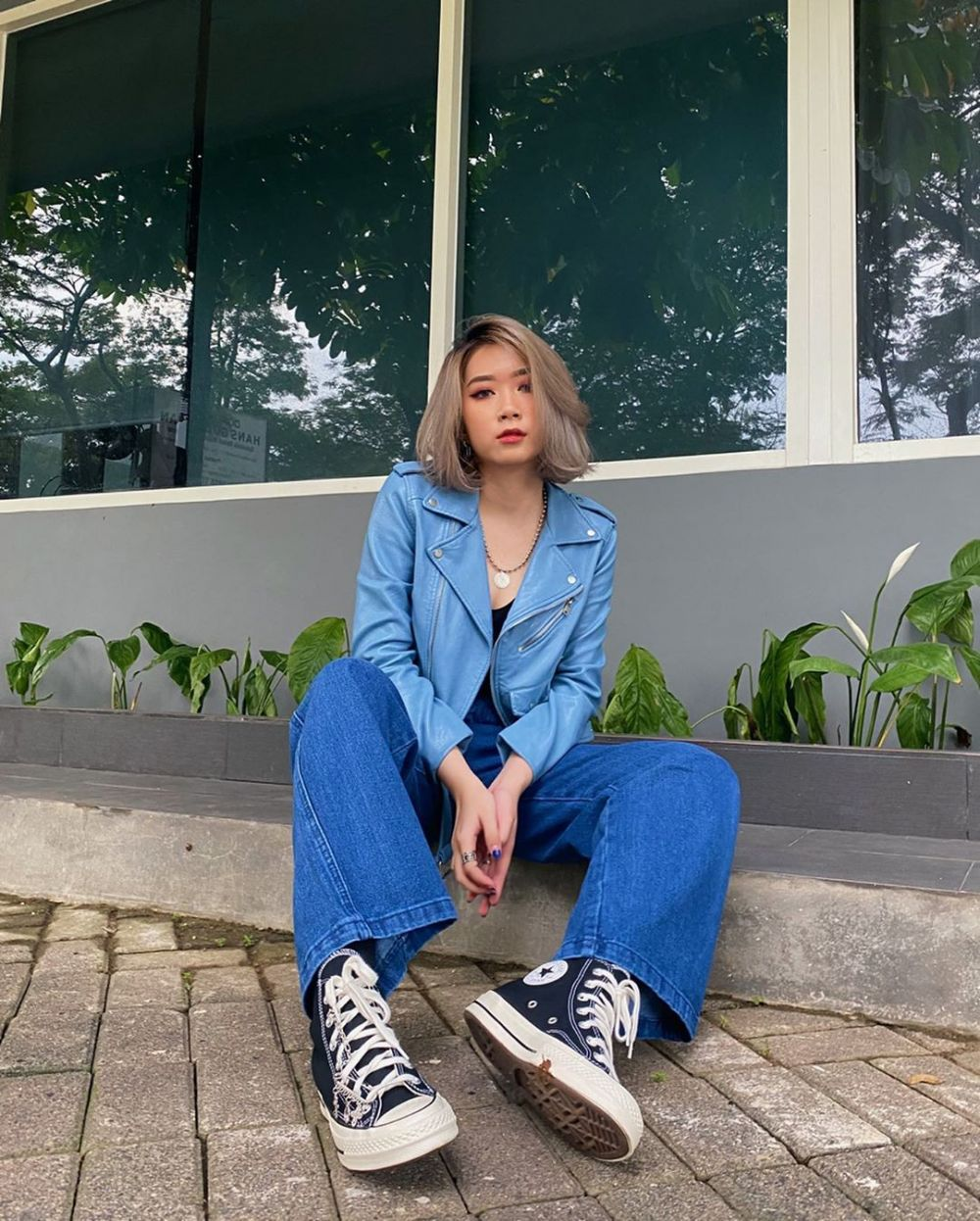 10 Ide Mix and Match Outfit dengan Sneakers ala Carina Agatha