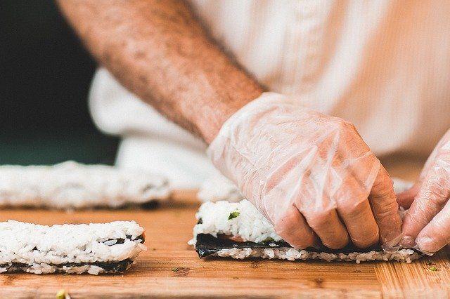 5 Tips Menggulung Sushi Tanpa Roller, Tetap Rapi dan Mudah Dicoba!