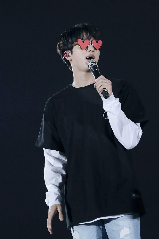 Bertingkah Menggemaskan, 9 Potret Jin BTS yang Moodbooster Banget