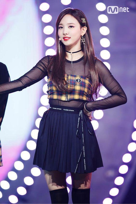 10 Potret Nayeon TWICE Saat Pakai Short Skirt, Memesona Banget!
