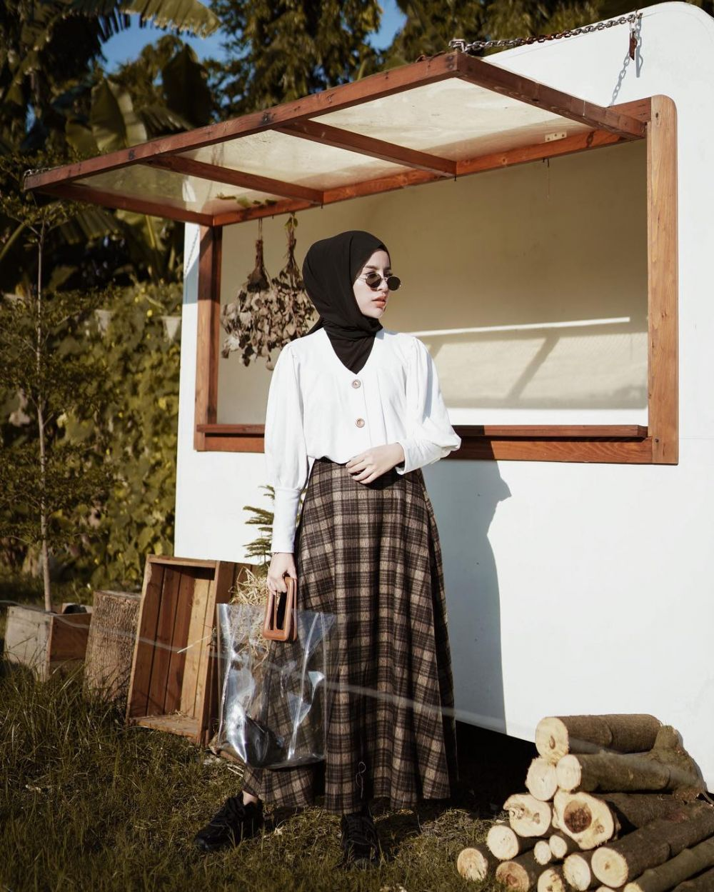10 Inspirasi Mix and Match Outfit Putih ala Aghnia Punjabi