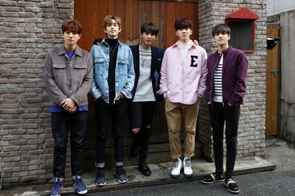 10 Ide Mix and Match Striped Shirt ala Member DAY6, Cocok Buat OOTD!