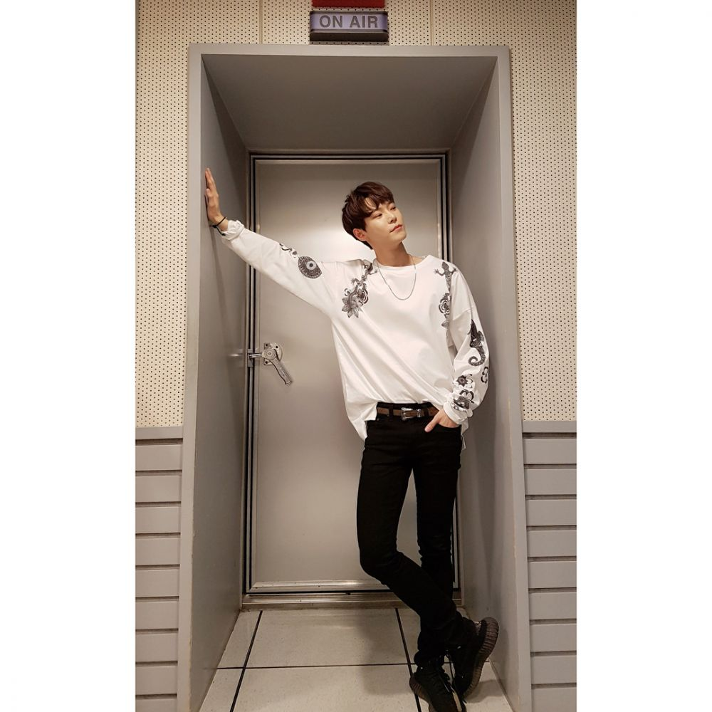 10 Inspirasi Outfit Casual ala Doyoung NCT, Makin Kece dengan Monokrom