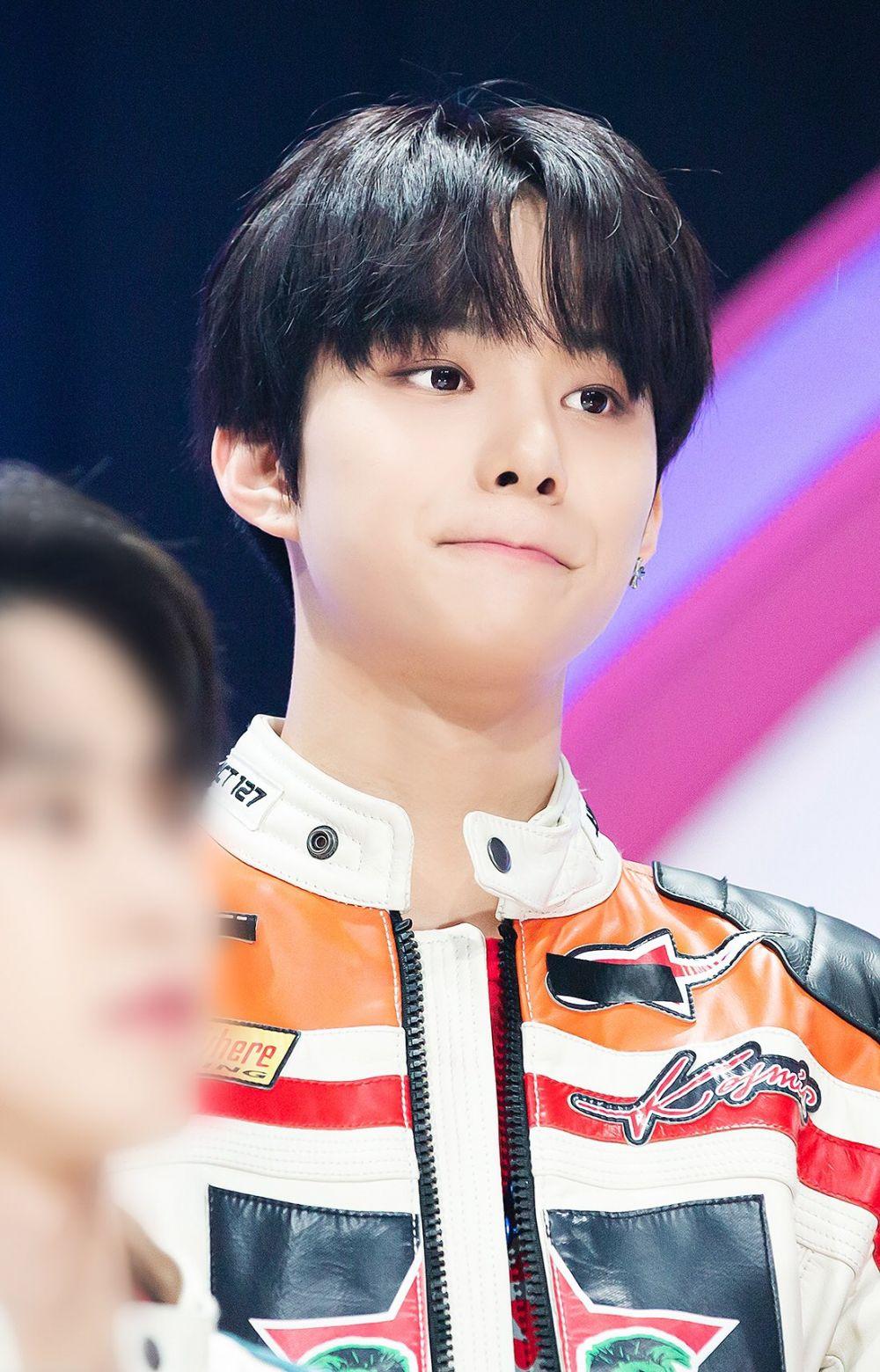 8 Potret Jungwoo NCT dengan Rambut Hitam, Makin Memikat!