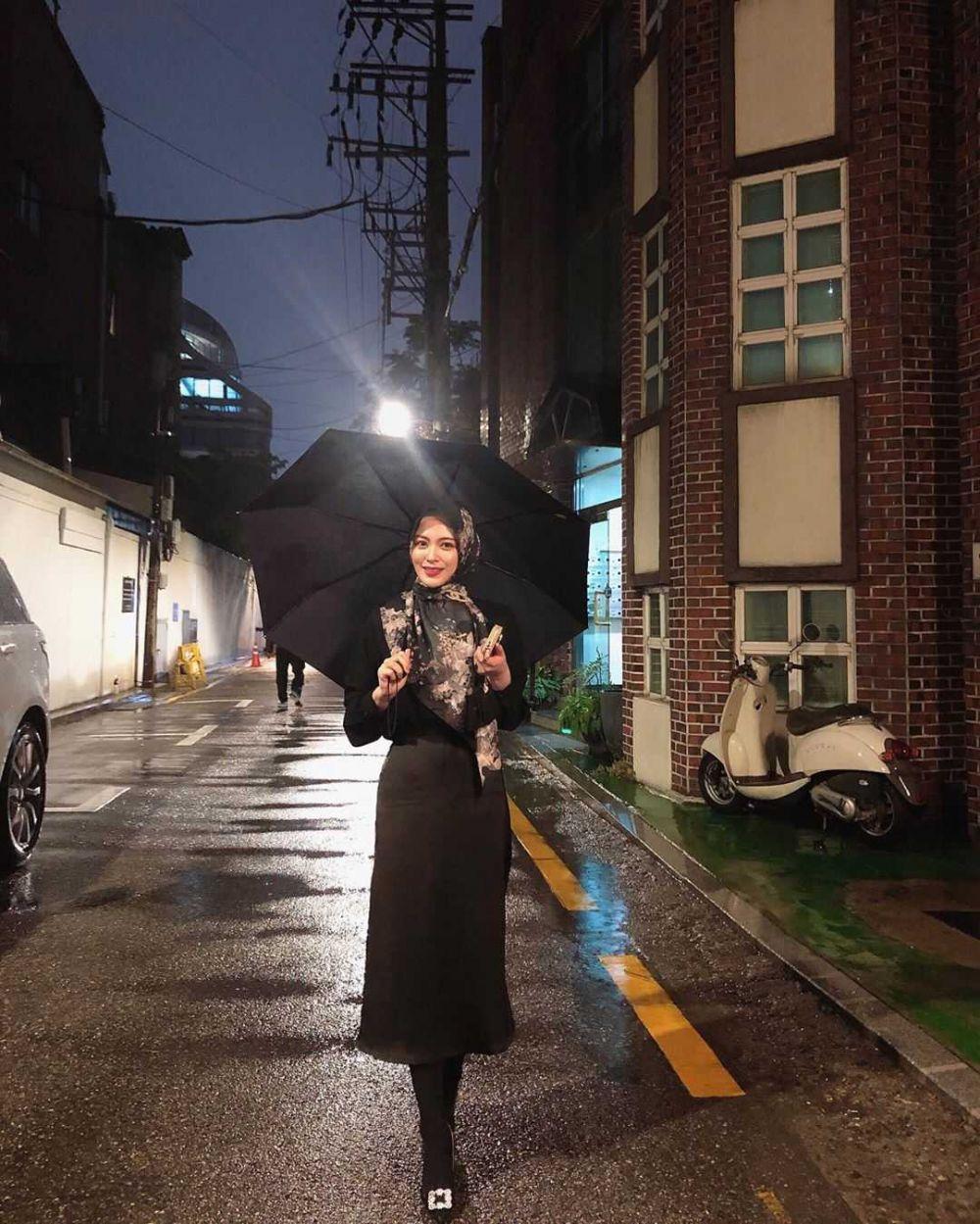 10 Ide Mix and Match Outfit Hijab Plus Rok ala Ayana Moon, Menawan!