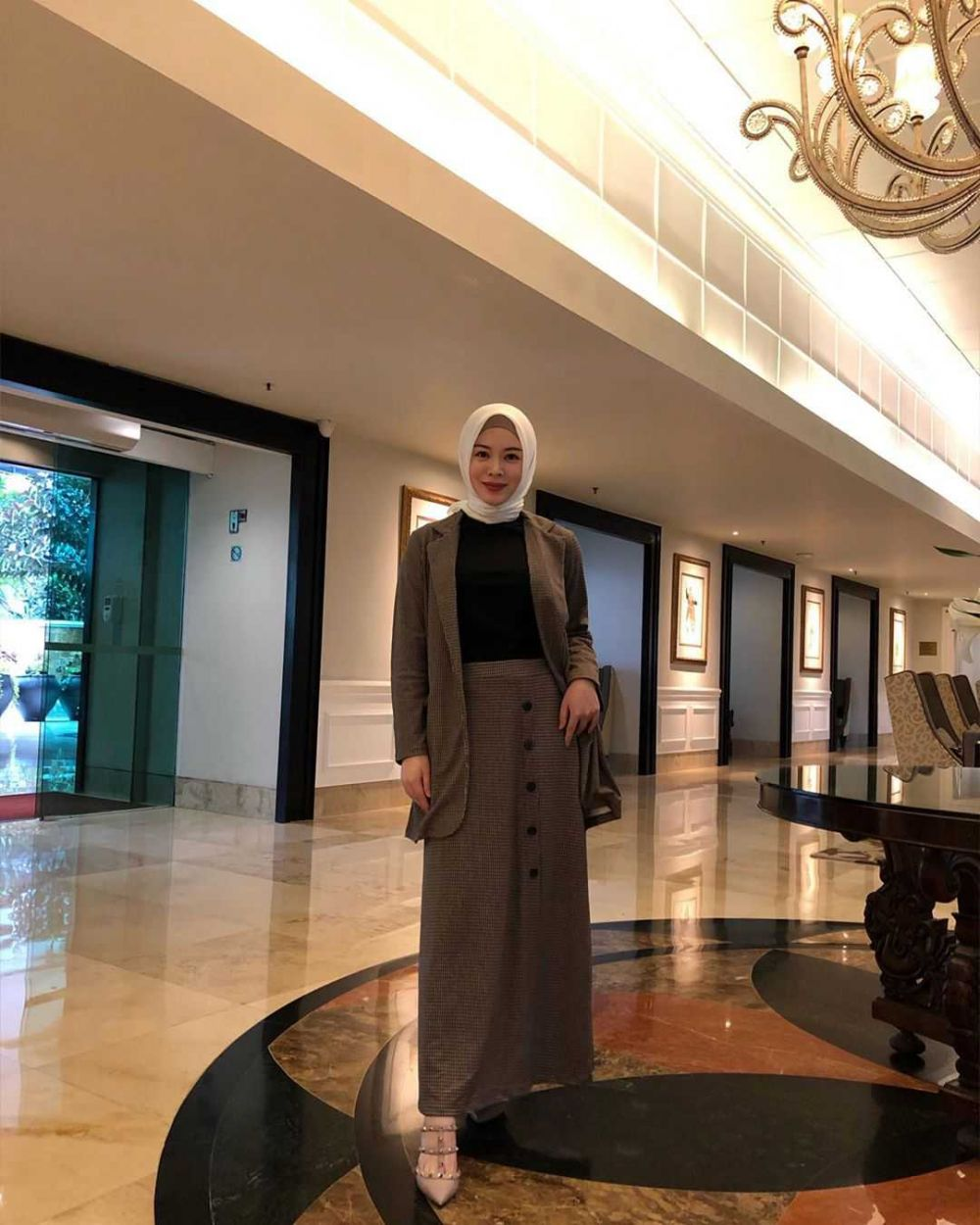 10 Ide Mix and Match Outfit Hijab Plus Rok ala Ayana Moon, Menawan!