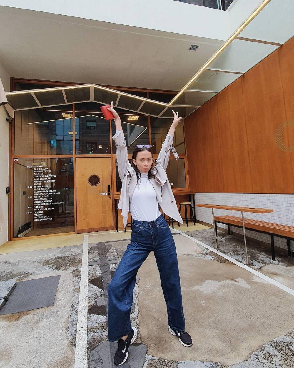 9 Inspirasi OOTD Celana Jeans ala Karina Nadila,Simple nan Kece!