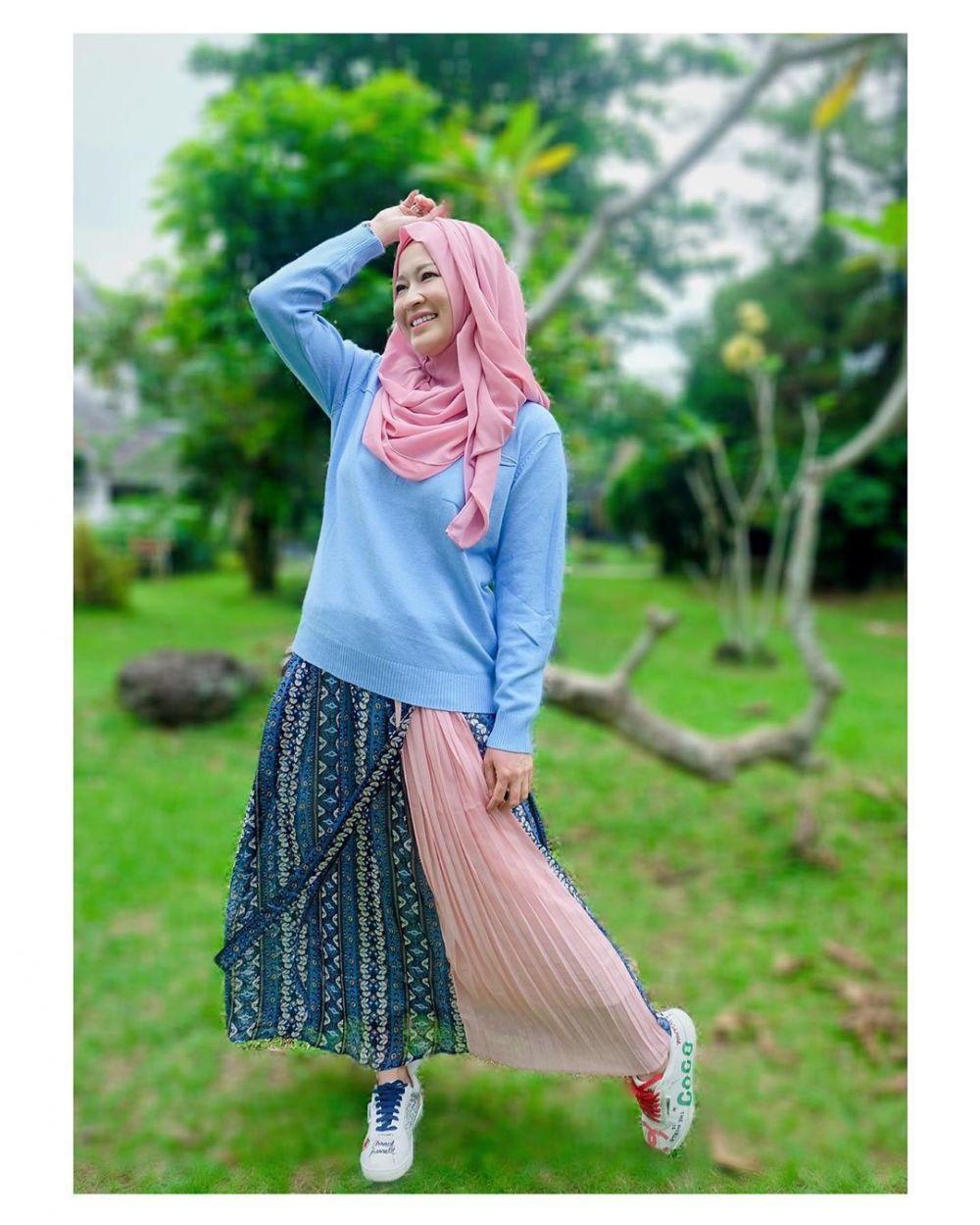 9 Inspirasi OOTD ala Okie Agustina dengan Hijab Pashmina Instan