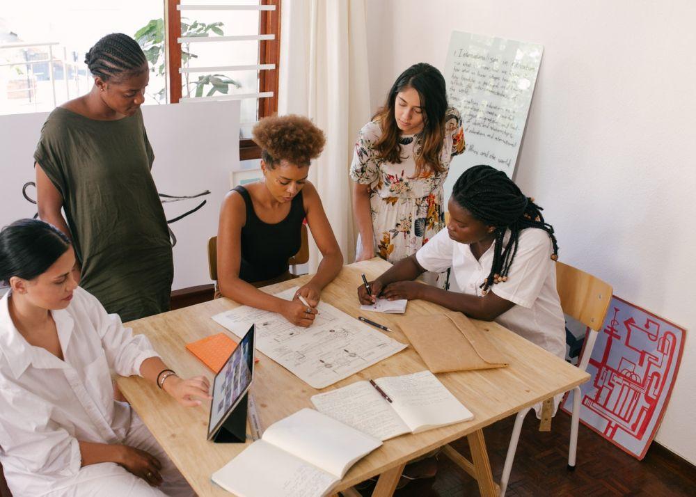 5 Pekerjaan Menjanjikan untuk Kamu yang Punya Skill Nulis & Menggambar