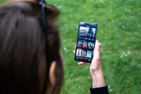 Mau Streaming Film Lancar? Lakukan 5 Trik Ini di Smartphone Kamu