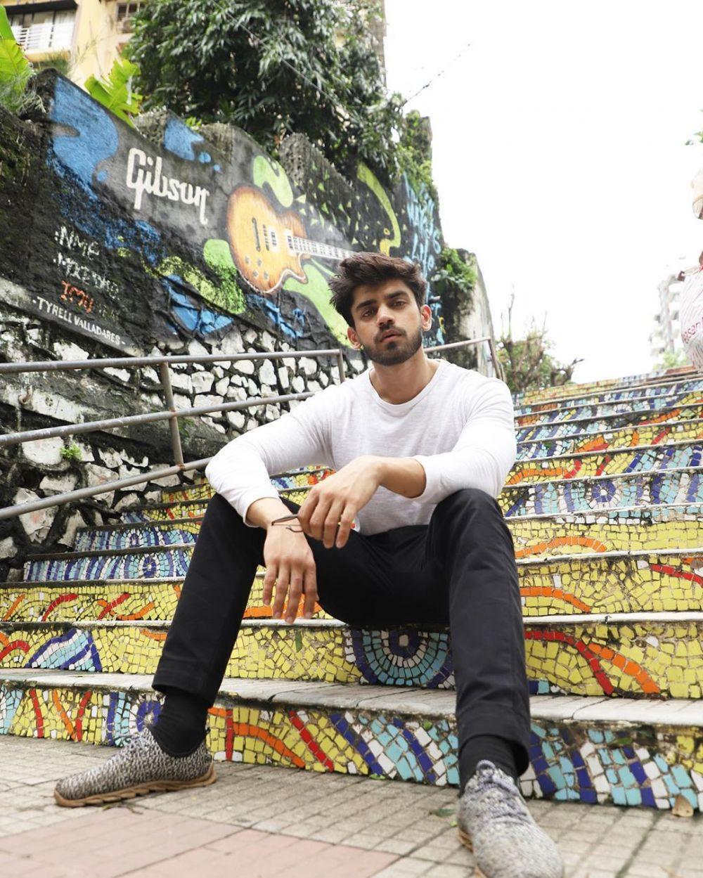 Chic! 9 Inspirasi Style Macho ala Aktor Bollywood Avinash Mishra