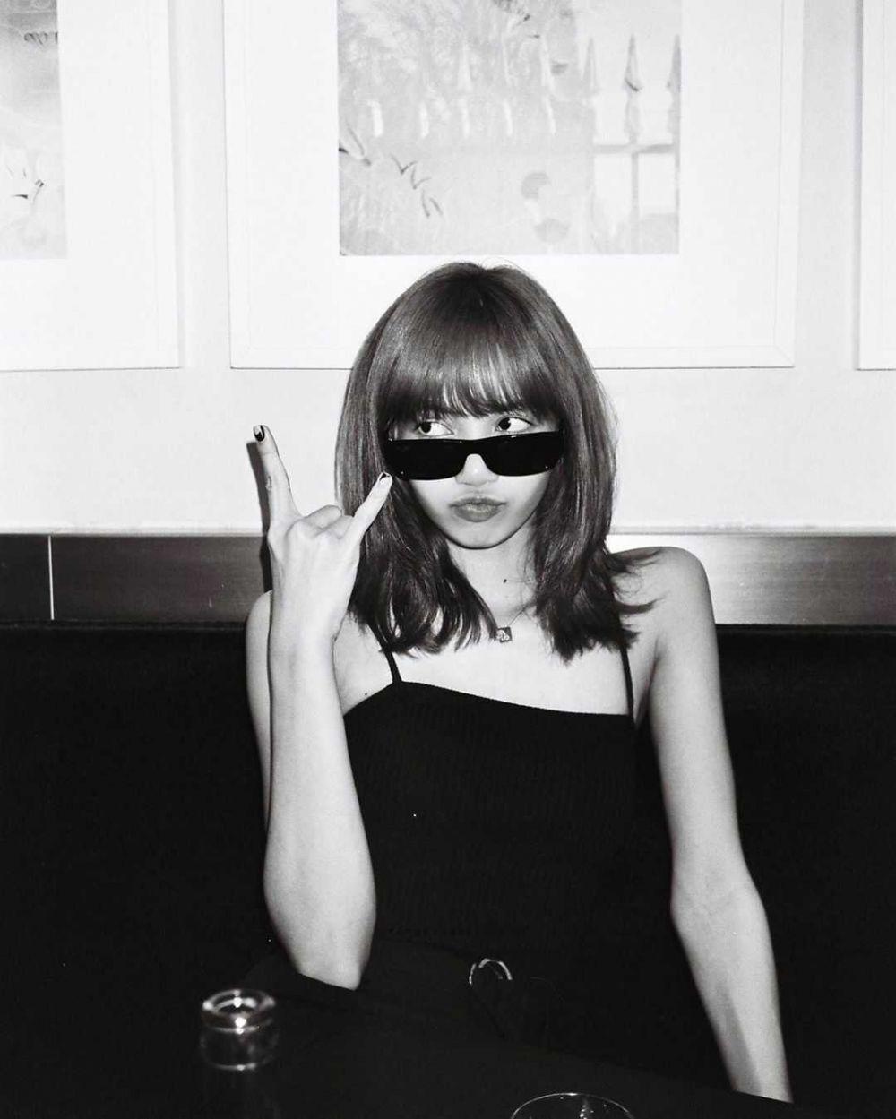 12 Potret Black and White ala Lisa BLACKPINK, Bikin Terpukau!