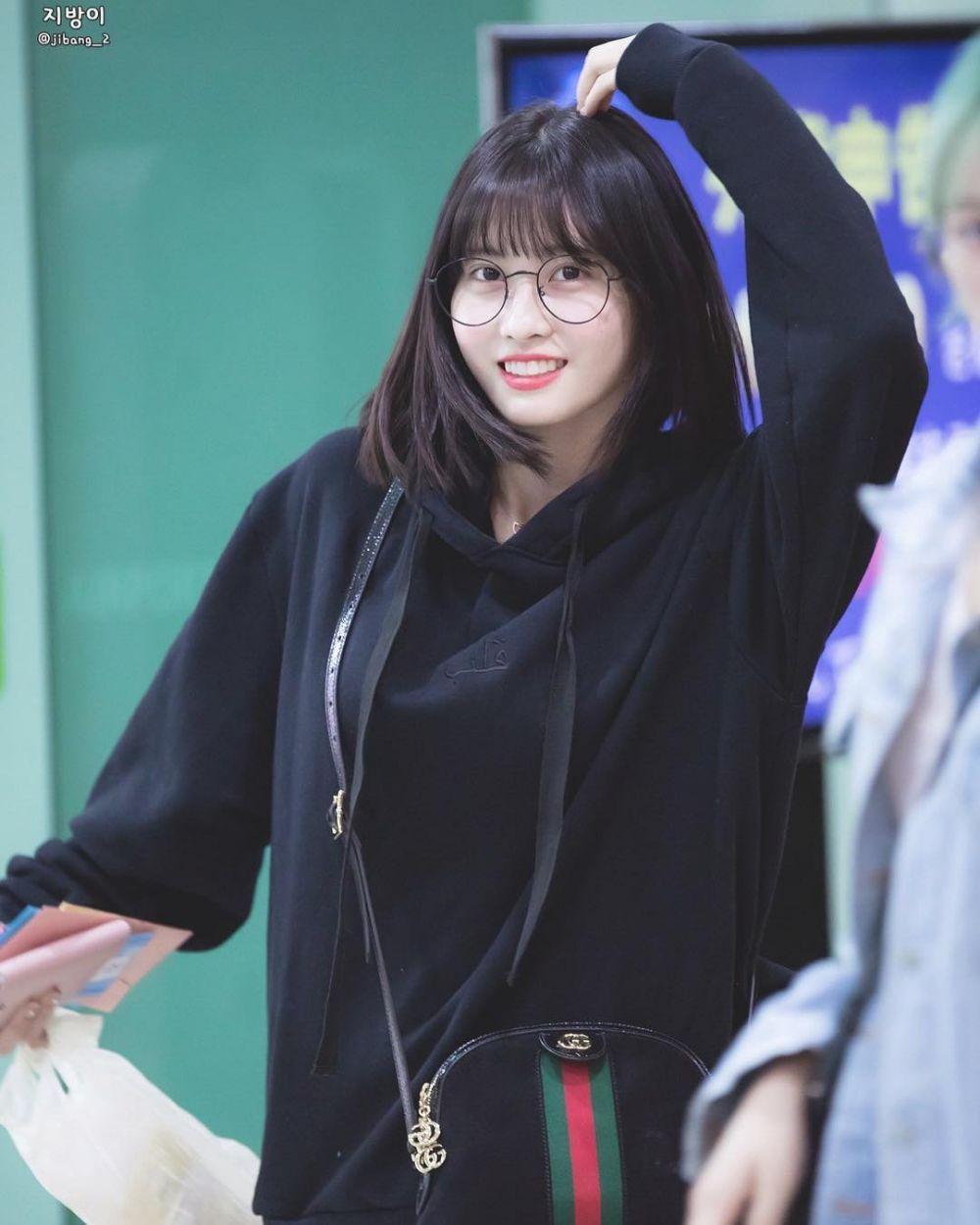 10 Potret Manis Momo TWICE Kenakan Kacamata, Bikin Jatuh Cinta!
