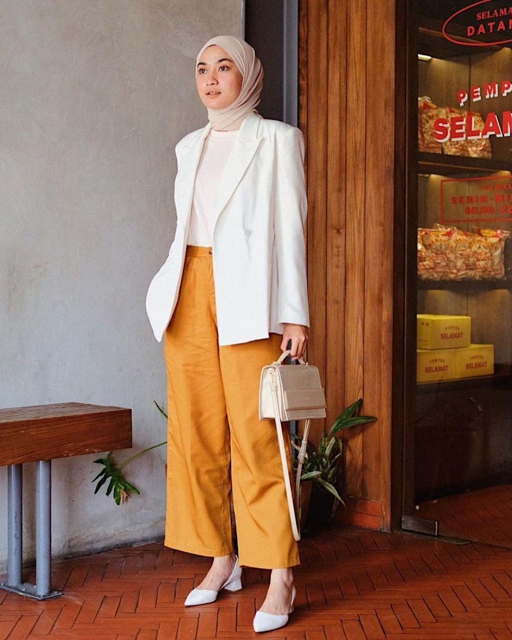 10 Ide OOTD Hijab dengan Outerwear ala Alifia Diannisa, Fashionable!