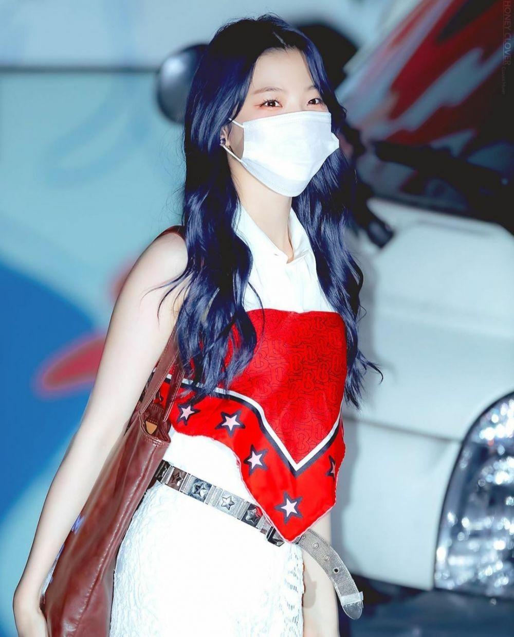 10 Potret Tampilan Baru Jiheon Fromis_9 dengan Rambut Biru