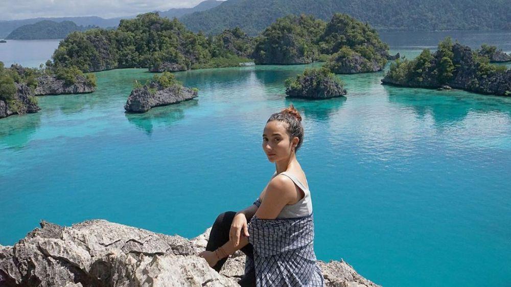 Hobi Traveling, 12 Potret Keren Naomi Zaskia saat Jelajah Alam Bebas