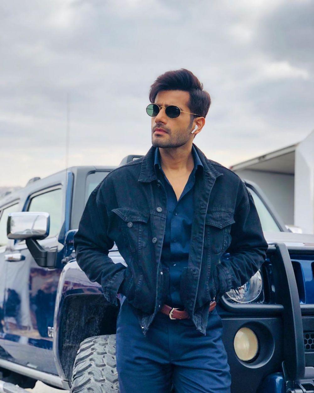 9 Inspirasi OOTD ala Aktor Bollywood Karan Tacker yang Super Epik!