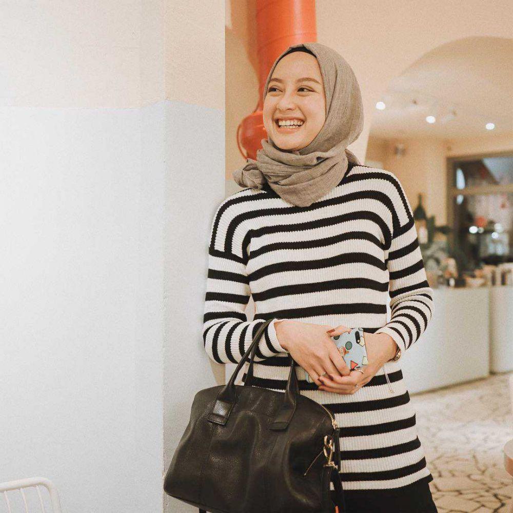 10 Inspirasi Mix and Match Outfit Hijab Motif Stripe ala Gita Savitri