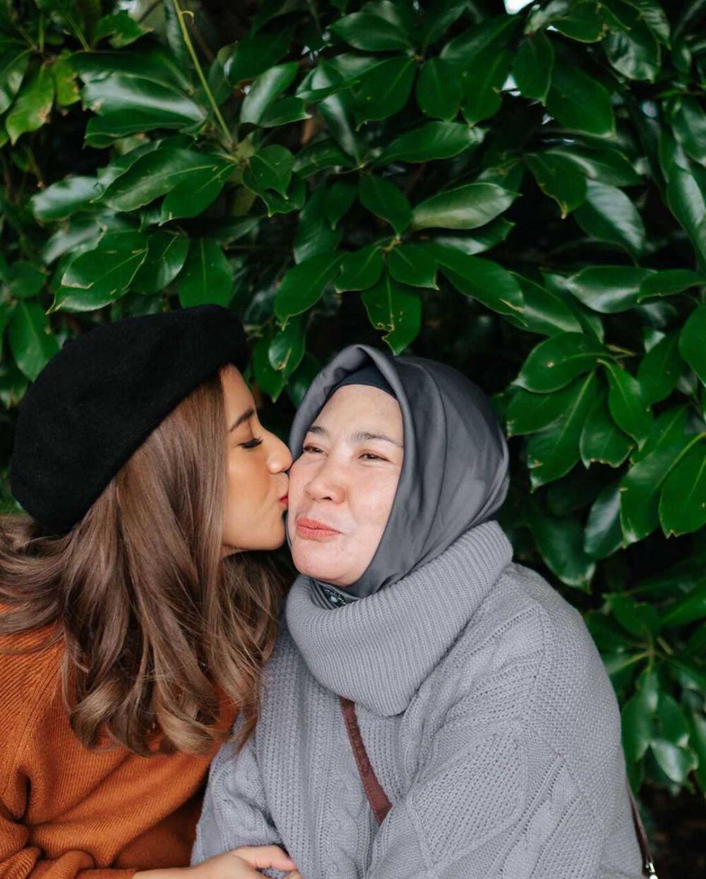Jarang Disorot, 10 Momen Manis Fita Anggriani dengan Sang Mama