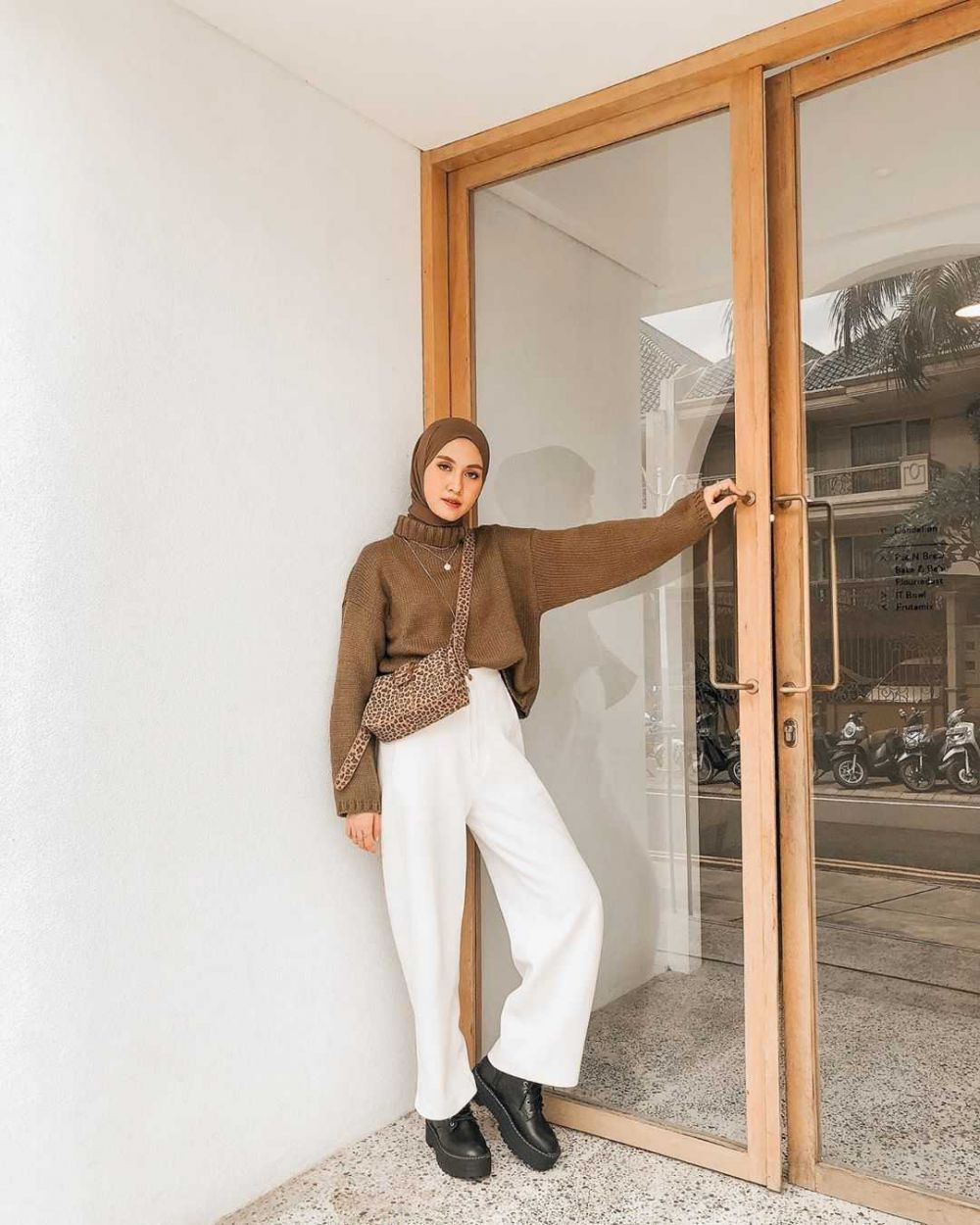 10 Ide Mix and Match White Culottes Pants ala Inas Rana, Menawan!