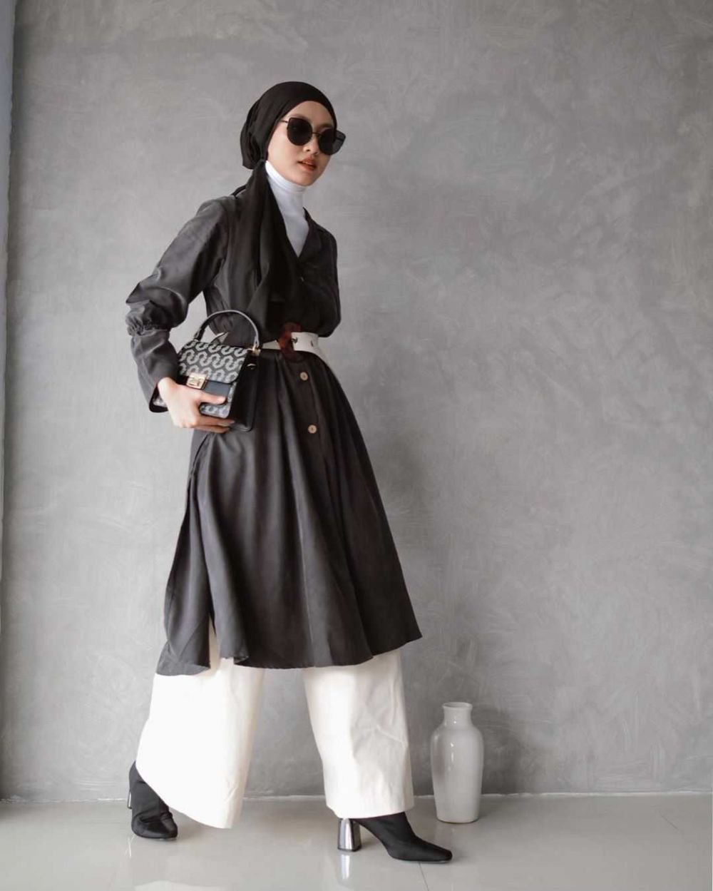 Classy, 10 Ide Mix and Match Outfit Monochrome dan Hijab ala Inas Rana
