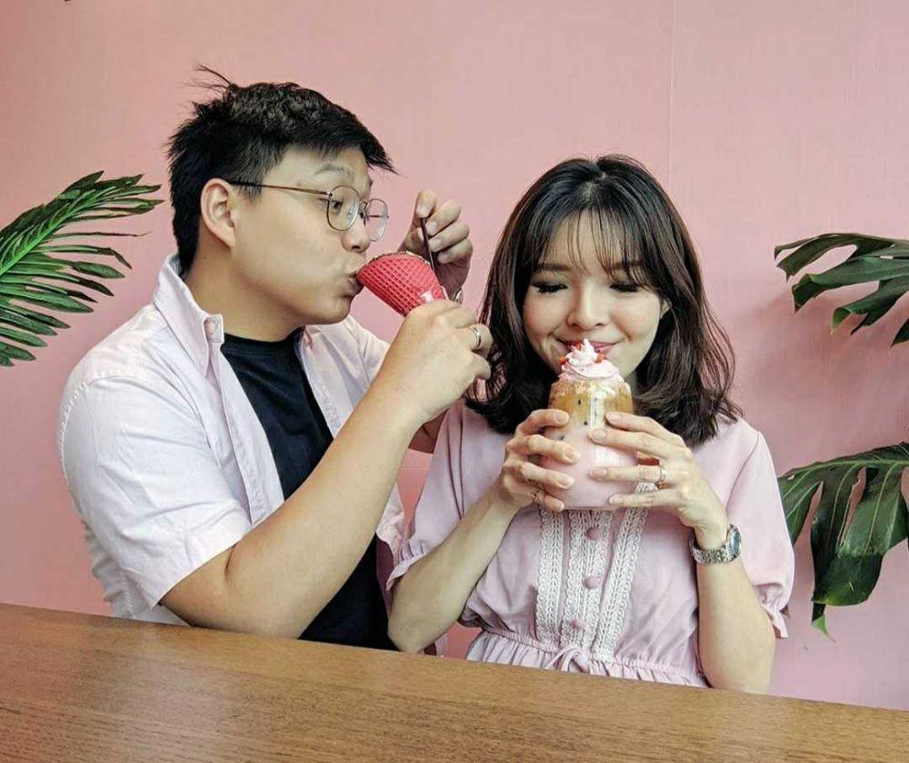 Setahun Menikah, 10 Potret Food Vlogger Ken & Grat yang Makin Romantis