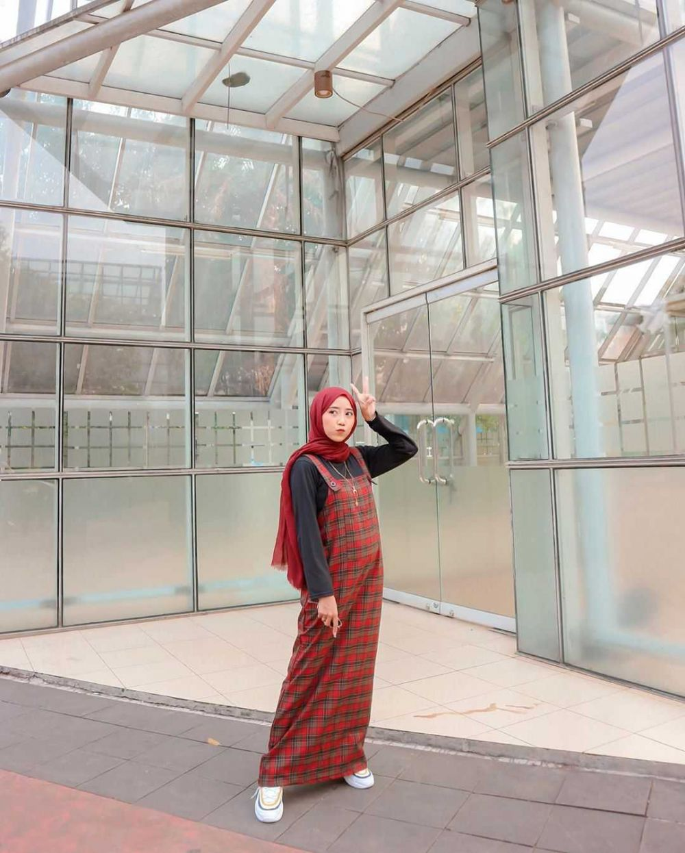 Stunning! Intip 10 Ide Mix and Match Plaid Outfit ala Henni Kalista
