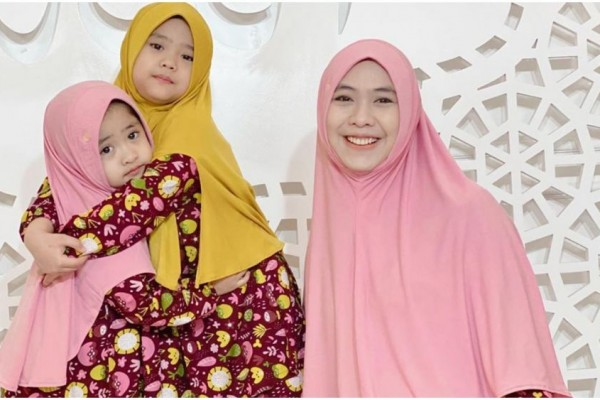 10 Outfit Senada Oki Setiana Dewi dengan Kedua Putrinya, Imut Banget!