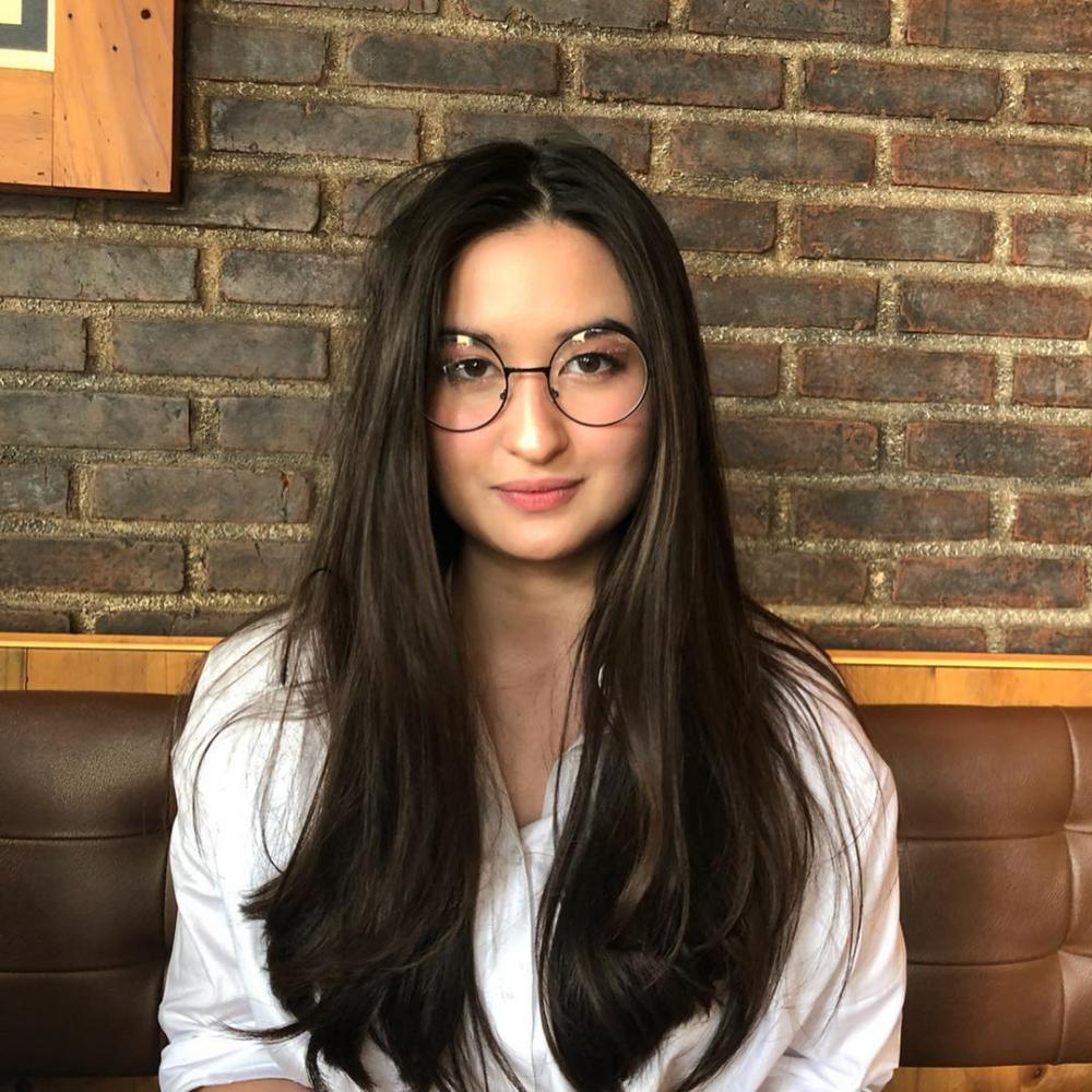 10 Pesona Memikat Stephanie Poetri saat Pakai Kacamata, Stunning Abis!