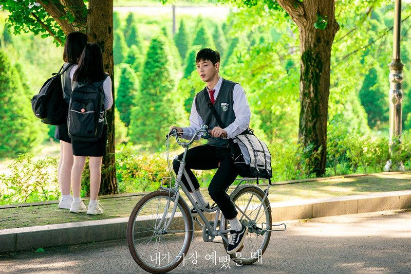 9 Potret Lugu Ji Soo di 'When I Was The Most Beautiful' dengan Seragam