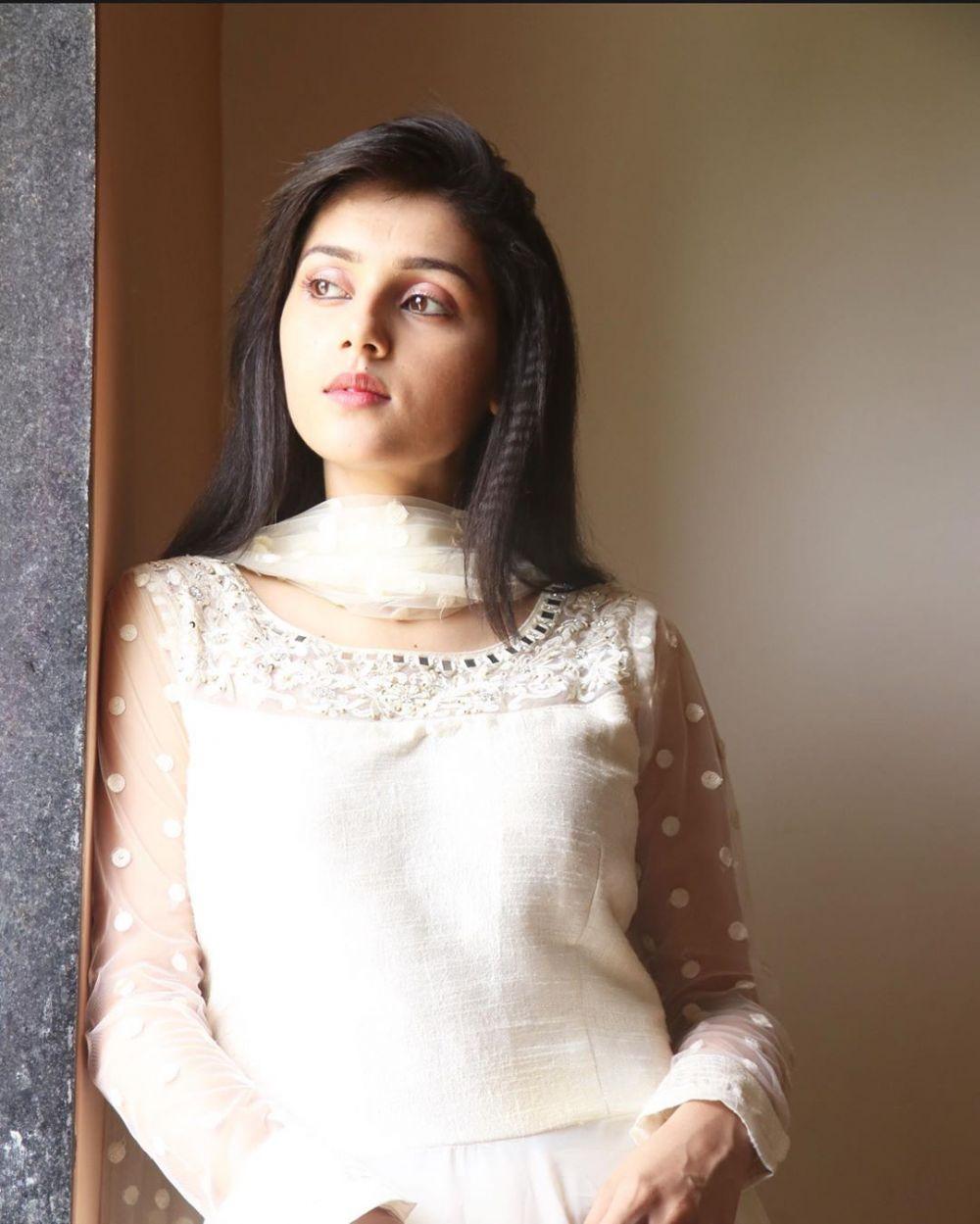 10 Potret Menawan Mallika Singh, Pemeran Radha di 'Radha Krishna'