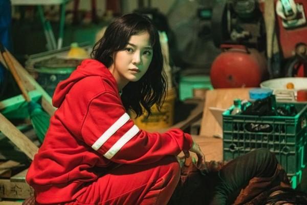 Pancarkan Aura Girl Crush, 10 Potret Kim Sejeong di 'Amazing Rumor'