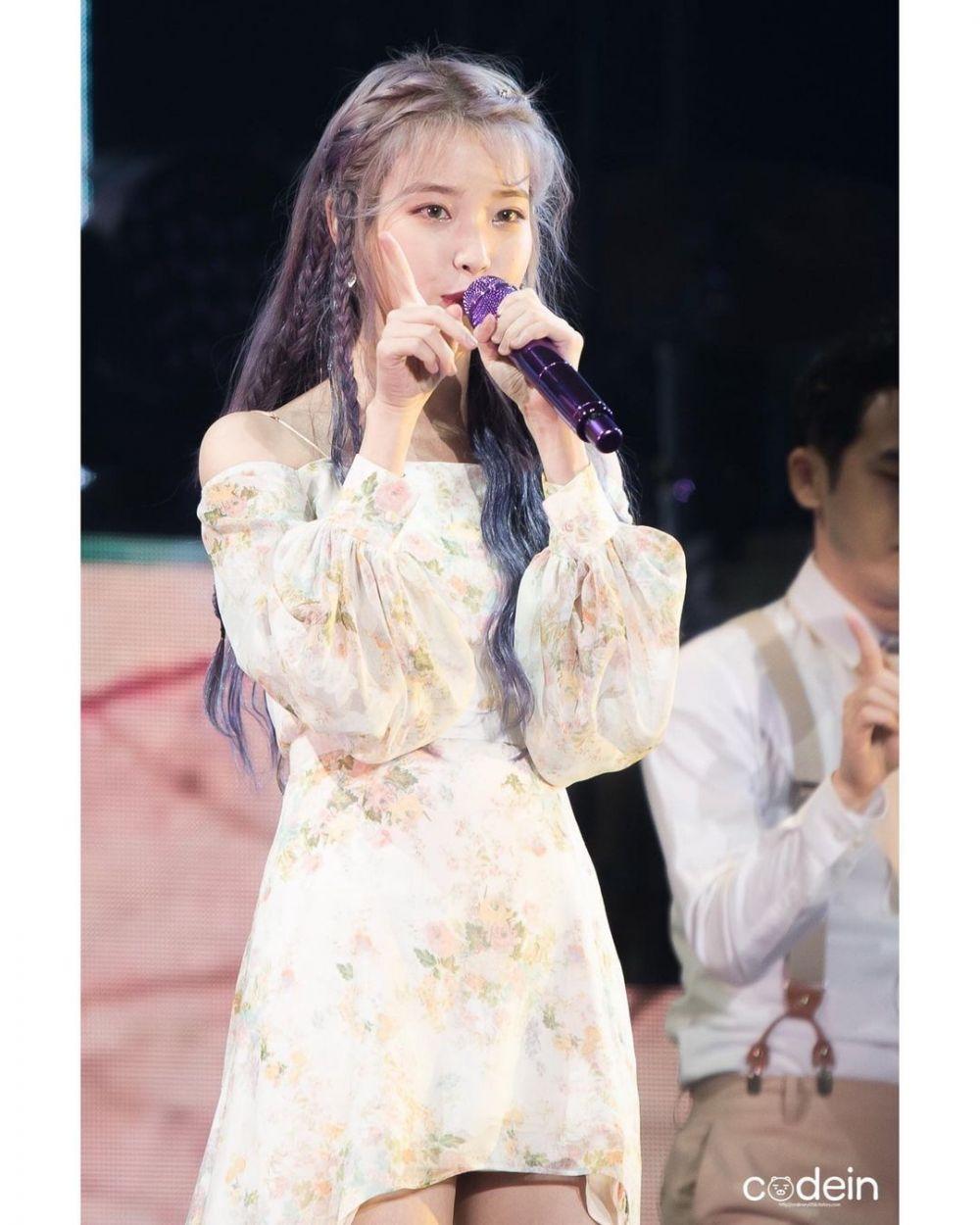 10 Pesona Anggun IU dalam Balutan Floral Dress, Flawless!