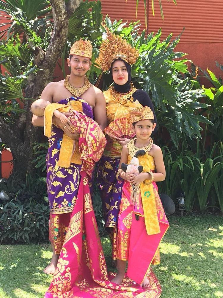 10 Adu Gaya Keluarga Seleb dalam Balutan Busana Adat Bali, Stunning!