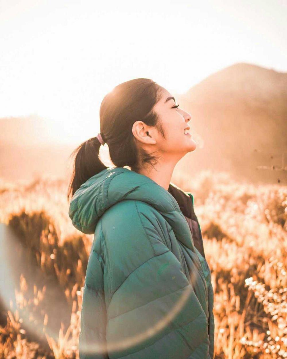 10 Adu Pesona Adinda Thomas dan Debi Sagita, Duo Aktris Pendaki Gunung