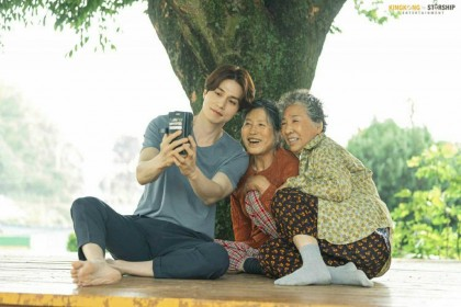 11 Potret Lee Dong Wook Belakang Layar 'Tale of the Nine Tailed'