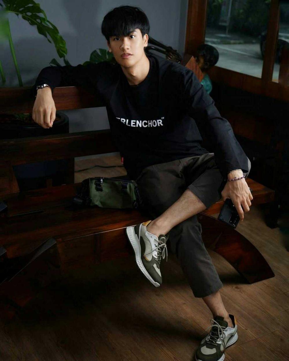 9 Inspirasi Outfit Kasual nan Trendi ala Tay Tawan, Simpel Banget Bro!